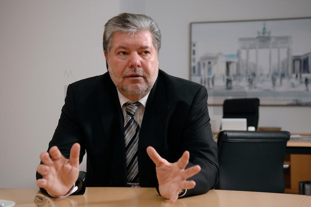 08 JAN 2007, BERLIN/GERMANY:<br /> Kurt Beck, SPD Parteivorsitzender und Ministerpraesident Rheinland-Pfalz, waehrend einem Interview, in seinem Buero, Willy-Brandt-Haus<br /> Kurt Beck, Party Leader of the Social Democratic Party, during an interview, in his office, Willy-Brandt-Haus<br /> IMAGE: 20070108-01-050<br /> KEYWORDS: Ministerpräsident