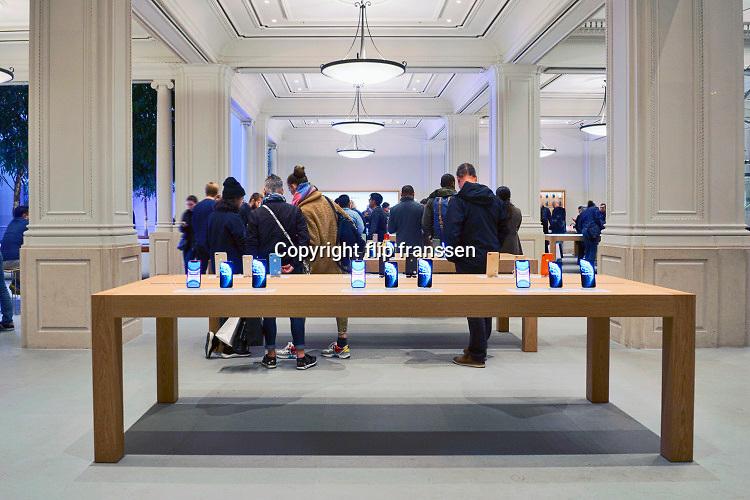 Nederland, Amsterdam, 25-10-2019 De applestore aan het Leidseplein met tafels vol ipads, iphones, en andere apple producten. Foto: Flip Franssen