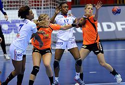 10-12-2013 HANDBAL: WERELD KAMPIOENSCHAP NEDERLAND - FRANKRIJK: BELGRADO <br /> 21st Women s Handball World Championship Belgrade, Nederland verliest met 23-19 van Frankrijk / (L-R) Allison Pineau, Jessy Kramer, Siraba Dembele, Nycke Groot<br /> ©2013-WWW.FOTOHOOGENDOORN.NL