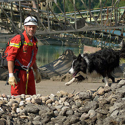 Manœuvre internationale de secours dans la sablière de Rastatt organisée par l'organisation allemande de secours THW (Technisches Hilfswerk) avec la participation de l'ONG Secouristes sans Frontières et des sapeurs-pompiers de Rastatt.<br /> Septembre 2010 / Bade-Wurtemberg / DEUTSCHLAND<br /> Voir le reportage complet (40 photos) http://sandrachenugodefroy.photoshelter.com/gallery/2010-09-Manoeuvre-de-secours-de-la-THW-et-SSF-Complet/G0000OUpAfbu.HSY/C0000yuz5WpdBLSQ
