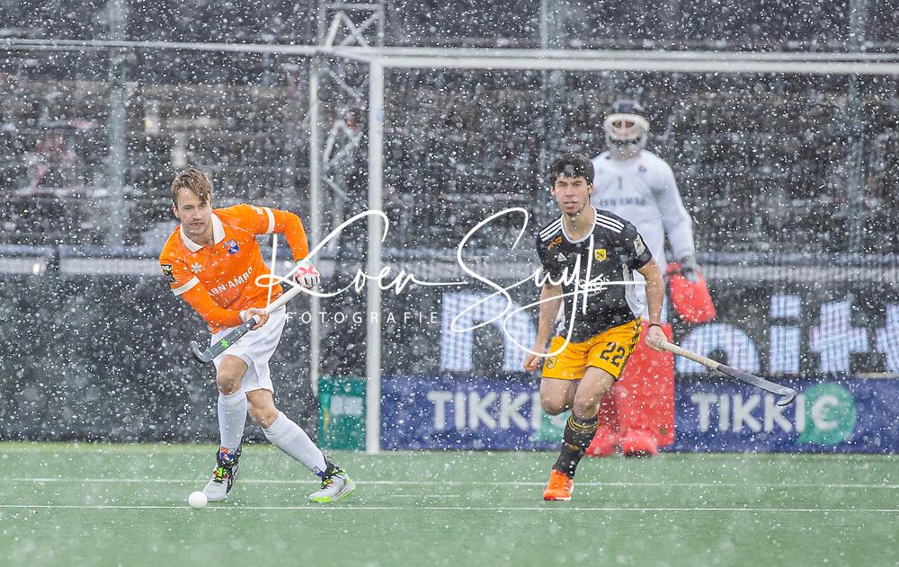 AMSTELVEEN -  Daan Dullemeijer (Bldaal) en Joan Dalmases (Terrassa)  in de sneeuw   tijdens de Euro Hockey League finale mannen, Atletic Terrassa (Sp) - HC Bloemendaal (2-5). COPYRIGHT KOEN SUYK