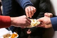 Bialystok, 06.01.2020. Prawoslawna Wigilia dla ubogich i bezdomnych w Prawoslawnym Osrodku Milosierdzia Eleos N/z uczestnicy wigilii dziela sie prosfora, odpowiednikiem oplatka w kosciele katolickim fot Michal Kosc / AGENCJA WSCHOD