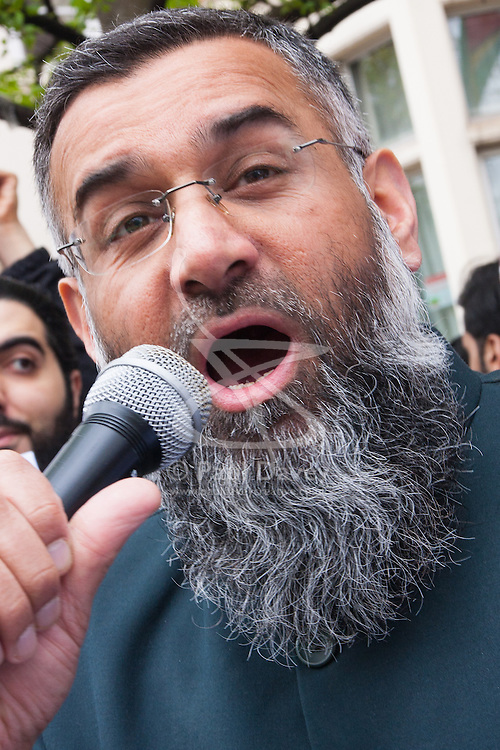 "London, April 4th 2014. Anjem Choudary's Need For Khilafah group demonstrate near the Lebanese embassy against what they say is ""the entire Muslim community being put under siege in North Lebanon"". Pictured: Anjem Choudary.///FOR LICENCING CONTACT: paul@pauldaveycreative.co.uk TEL:+44 (0) 7966 016 296 or +44 (0) 20 8969 6875. ©2015 Paul R Davey. All rights reserved."