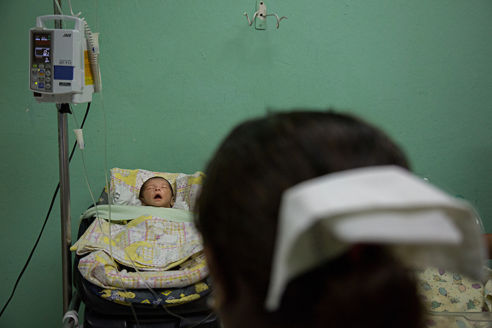 The premature baby of a 14-year-old girl is treated in the ICU of Hospital San Benito.