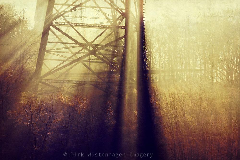 Morgensonne dringt durch Metallstreben der Müngstener Brücke / Morning sun filtered through the massive irone construction of a bridge