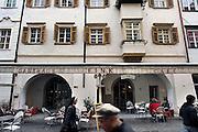 Italie, Bolzano, 8-3-2008..Een café in het centrum van de stad. Bolzano, Bozen, is na de eerste wereldoorlog bij Italië gevoegd en is tweetalig. De bevolking is sterk gericht op Oostenrijk...Foto: Flip Franssen