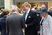 Koning en koningin bezoeken Noordrijn-Westfalen. <br /> Koning Willem Alexander en Koningin Maxima brengen een bezoek aan het Zentrum Niederlande-Studien<br /> <br /> King and Queen visit North Rhine-Westphalia.<br /> King Willem Alexander and Queen Maxima  visit the Zentrum Niederlande-Studien<br /> <br /> Op de foto / On the photo:  <br /> <br />  Koning Willem Alexander komt aan / King Willem Alexander arrives