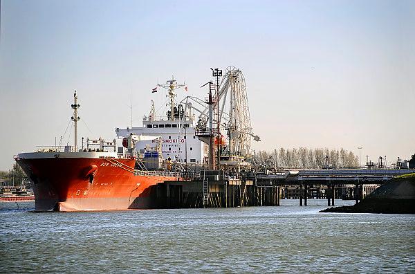 Nederland, Rotterdam, 24-10-2008Tankschip, bulkcarrier, ligt aangemeerd aan de losplaats van een terrein met opslagtanks in de Botlek haven.Rotterdam is in Europa de grootste importhaven en een van de grootste ter wereld voor overslag en raffinage van ruwe olie.  De aangevoerde olie wordt voor ongeveer de helft gebruikt door raffinaderijen van Shell, BP, Esso (Exxon Mobil), Kuwait Petroleum, en Koch. De rest wordt naar Vlissingen, Belgie en Duitsland overgeslagen.Foto: Flip Franssen/Hollandse Hoogte