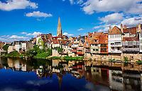 France, Indre (36), Argenton-sur-Creuse, maisons en bord de Creuse, église Saint-Sauveur vu depuis le Vieux pont // France, Indre (36), Argenton-sur-Creuse, old houses on the river bank Creuse