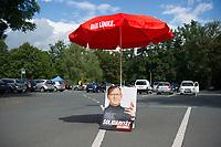 DEU, Deutschland, Germany, Stadtroda, 23.08.2014:<br />Ein Sonnenschirm der Linken und ein Wahlplakat von Bodo Ramelow auf einem Parkplatz bei einer Wahlveranstaltung der Linkspartei in Stadtroda.