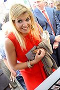Prinses Maxima ontvangt tijdens haar bezoek aan de Universiteit van Amsterdam het onderzoek naar basisonderwijs en ondernemen. ///// Princess Maxima received during her visit to the University of Amsterdam research on education and entrepreneurship.<br /> <br /> Op de foto / On the photo: <br />  Kinderen vertellen Prinses Máxima over hun ervaringen met het lesprogramma van BizWorld en tonen hun ondernemende talenten bij de marktkraam. // Children talk about their experiences with Princess Maxima of the BizWorld curriculum and demonstrate their entrepreneurial talents to the market stall.