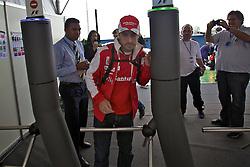 O piloto espanhol de Fórmula 1 Fernando Alonso chega para o Grande Prémio do Brasil em Interlagos, em São Paulo. FOTO: Jefferson Bernardes/Preview.com