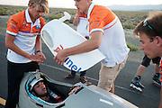 Het Human Power Team Delft en Amsterdam test op een stuk weg de VeloX3. In Battle Mountain (Nevada) wordt ieder jaar de World Human Powered Speed Challenge gehouden. Tijdens deze wedstrijd wordt geprobeerd zo hard mogelijk te fietsen op pure menskracht. Ze halen snelheden tot 133 km/h. De deelnemers bestaan zowel uit teams van universiteiten als uit hobbyisten. Met de gestroomlijnde fietsen willen ze laten zien wat mogelijk is met menskracht. De speciale ligfietsen kunnen gezien worden als de Formule 1 van het fietsen. De kennis die wordt opgedaan wordt ook gebruikt om duurzaam vervoer verder te ontwikkelen.<br /> <br /> The Human Power Team Delft and Amsterdam tests the VeloX3 at a track near Battle Mountain. In Battle Mountain (Nevada) each year the World Human Powered Speed Challenge is held. During this race they try to ride on pure manpower as hard as possible. Speeds up to 133 km/h are reached. The participants consist of both teams from universities and from hobbyists. With the sleek bikes they want to show what is possible with human power. The special recumbent bicycles can be seen as the Formula 1 of the bicycle. The knowledge gained is also used to develop sustainable transport.