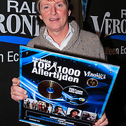 NLD/Naarden/20121210 - Louie van Gaal rijkt Gouden plaat uit aan Erik de Zwart , Eric de Zwart met de Gouden Plaat van 'Top 100 Allertijden'