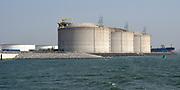 Maasvlakte 2 (in volksmond ook: Tweede Maasvlakte) is de benaming voor het uitbreidingsproject van de Rotterdamse haven dat is gelegen ten westen van de (eerste) Maasvlakte. Het nieuwe havengebied is in opdracht van het Havenbedrijf Rotterdam gefaseerd aangelegd. <br /> <br /> Op de foto; Maasvlakte Olie Terminal
