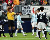 Fotball <br /> FIFA World Youth Championships 2005<br /> Enschede<br /> Nederland / Holland<br /> 11.06.2005<br /> Foto: Morten Olsen, Digitalsport<br /> <br /> USA v Argentina 1-0<br /> <br /> Terje Hauge gir gult kort til USAs spiller Eddie Gaven for å ha forbrudt seg mot innskjerpelsen av reglen om ikke å la ballen ligge stille etter at dommeren har blåst