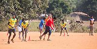 KHUNTI (Jharkhand) -  Trainersopleiding olv Sandeep Singh  ONE MILLION HOCKEY LEGS  is een project , geïnitieerd door de Nederlandse- en Indiase overheid, met het doel om trainers en coaches op te leiden en  500.000 kinderen in India te laten hockeyen.  Ex international Floris Jan Bovelander    is een van de oprichters en het gezicht van OMHL.  COPYRIGHT KOEN SUYK