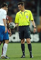 25-06-2006 VOETBAL: FIFA WORLD CUP: NEDERLAND - PORTUGAL: NURNBERG<br /> Oranje verliest in een beladen duel met 1-0 van Portugal en is uitgeschakeld / Scheidsrechter IVANOV Valentin (RUS) was helemaal de weg kwijt. Hij gaf maar liefst 16 gele en 4 rode kaarten - <br /> ©2006-WWW.FOTOHOOGENDOORN.NL
