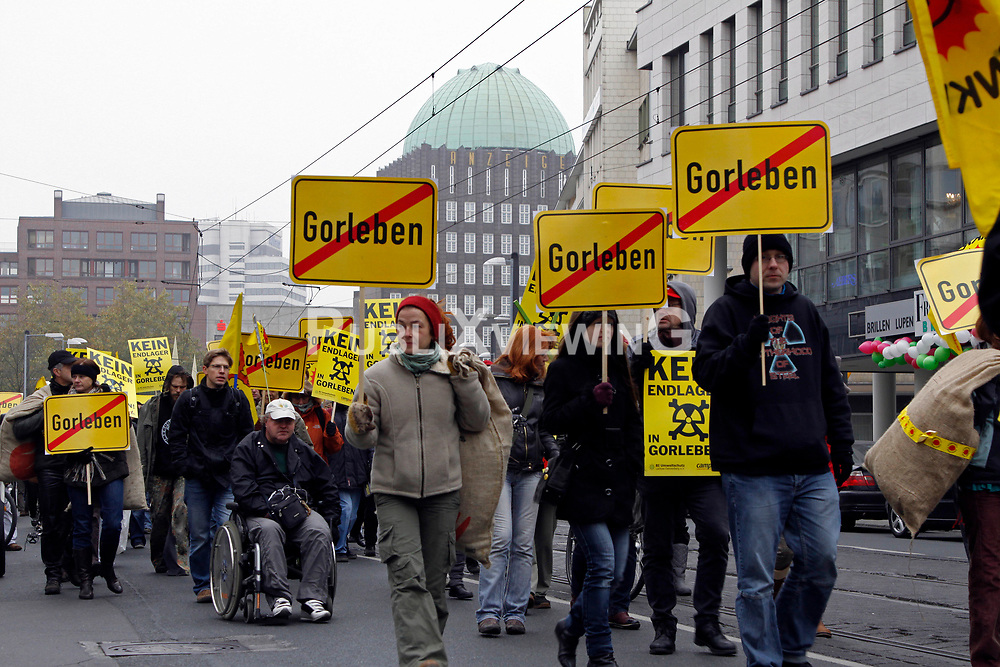 Mit einer Castorattrappe in Originalgröße haben Atomkraftgegner der Organisation Campact in der Hannoveraner Innenstadt gegen den am ersten Advent geplanten Atommülltransport nach Gorleben protestiert. Mit bunten Sitzblockaden wurde der Castortransporter mehrmals auf seinem Weg gestoppt. <br /> <br /> Ort: Hannover<br /> Copyright: Michaela Mügge<br /> Quelle: PubliXviewinG