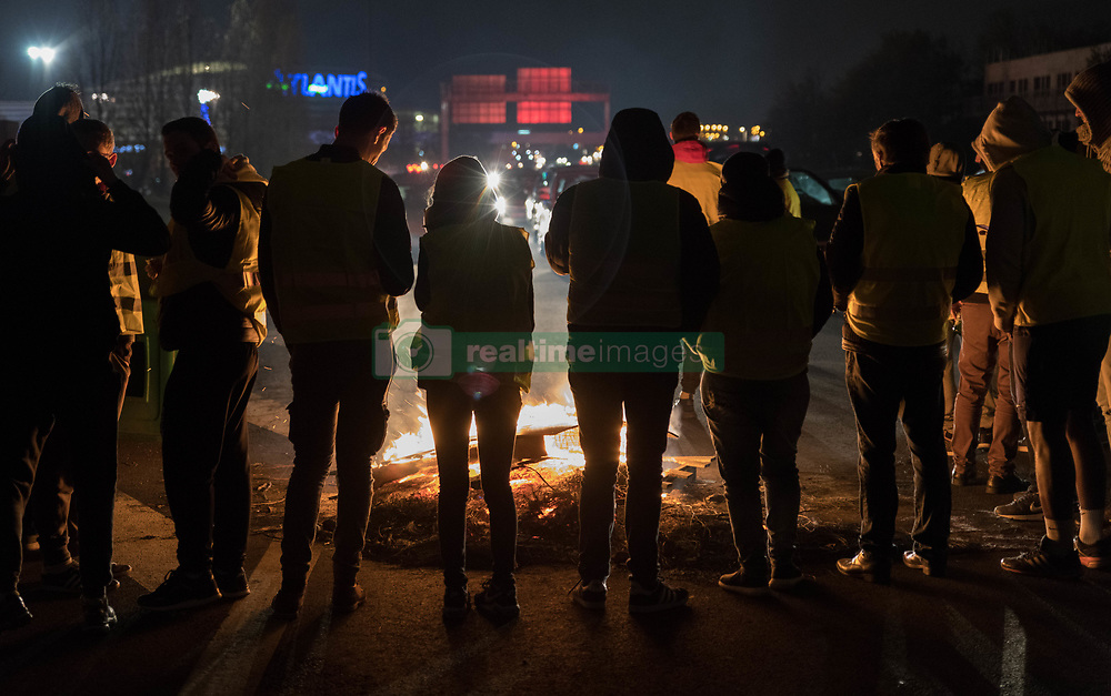 November 17, 2018 - Nantes, France - At Nightfall, The Yellow Vests Still Held Dams In Nantes, France, on 17 November 2018. After a day of mobilization, the yellow vests still held dams on roundabouts in the agglomeration of Nantes as here door Armor. The firefighters were requisitioned to extinguish the fires lit on the road by the demonstrators. (Credit Image: © Estelle Ruiz/NurPhoto via ZUMA Press)