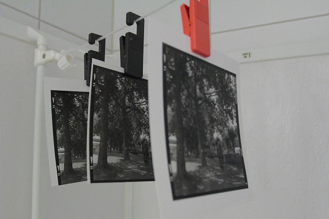 Tre bilder henger til tørk etter en av de første øktene i mørkerommet.<br /> Foto: Svein Ove Ekornesvåg