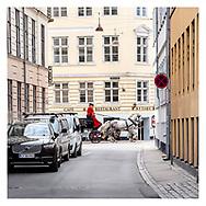 Danmark lukker ned pga af Corona-virus. De kongelige stalde lufter hestene i mennesketomme gader i indre København.