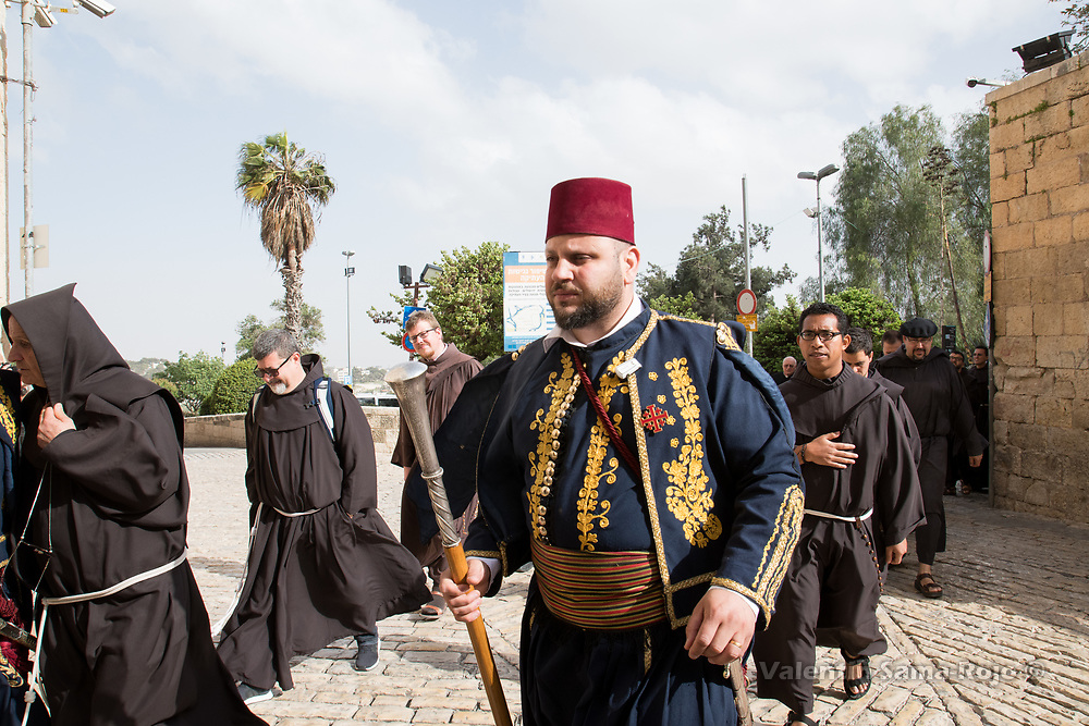 Jerusalem, Israel. 29th March, 2018. A man dressed with the traditional turkish Guard leading the procession after the ceremony of Washing the Feet in the Cenacle in Jerusalem. © Valentin Sama-Rojo.