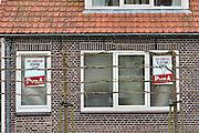 Nederland, Ubbergen, 4-11-2014Verkiezingsaffiches tegen het raam van een huis voor de komende gemeenteraadsverkiezingen op 19 november. Herindeling, fusie, samengaan, samenvoeging van de gemeenten Groesbeek, Millingen aan de Rijn en Ubbergen plaats per 1 januari 2015. 19 November kiezen inwoners van deze gemeenten hun nieuwe gemeenteraad. Foto: Flip Franssen/Hollandse
