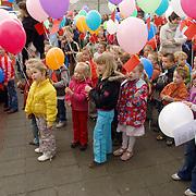 NLD/Huizen/20060418 - Basisschool de Springplank Huizen bestaat 20 jaar, ballonnen oplaten
