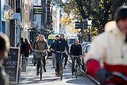 In Utrecht rijden fietsers langs de Oudegracht in de binnenstad.<br /> <br /> In Utrecht cyclists ride at the Oudegracht.