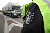03 JAN 2005, LUDWIGSFELDE/GERMANY:<br /> Wappen auf der Jacke eines Beamten des Bundesamtes fuer Gueterverkehr, waehrend einer Mautkontrolle, Parkplatz Fresdorfer Heide<br /> IMAGE: 20050103-01-009<br /> KEYWORDS: Bundesamt für Güterverkehr, LKW Maut, Kontroleur<br /> BAG