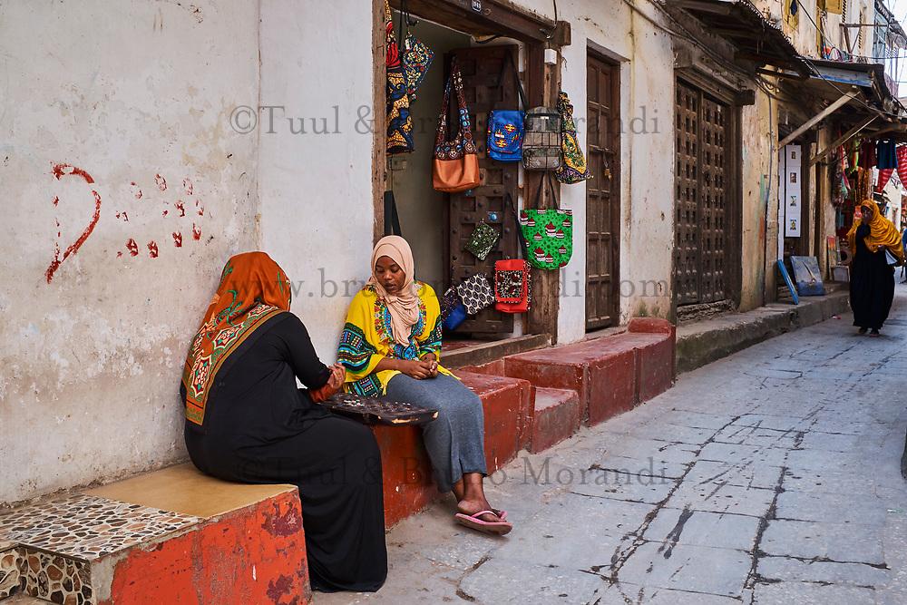 Tanzanie, archipel de Zanzibar, ile de Unguja (Zanzibar), ville de Zanzibar, quartier Stone Town classe patrimoine mondial UNESCO, jeu de l'Awale // Tanzania, Zanzibar island, Unguja, Stone Town, unesco world heritage, Awale game