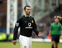 Fotball<br /> Premier League 2004/05<br /> Crystal Palace v Manchester United<br /> 5. mars 2005<br /> Foto: Magne J. Nilsen<br /> NORWAY ONLY<br /> Ryan Giggs contract is up again, here he asks Alex Ferguson how much money will he be given?