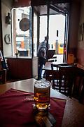 """Blick aus der Kneipe """"Kotva"""" (Anker) an der Ecke der Lazarska/Spalena Strasse in der Prager Innenstadt."""