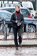 Fotograaf Sacha de Boer met haar camera op stap