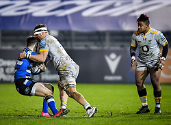 Brad Shields of Wasps attempts a tackle on Tom de Glanville of Bath Rugby as Paolo Odogwu of Wasps watches - Mandatory by-line: Andy Watts/JMP - 08/01/2021 - RUGBY - Recreation Ground - Bath, England - Bath Rugby v Wasps - Gallagher Premiership Rugby