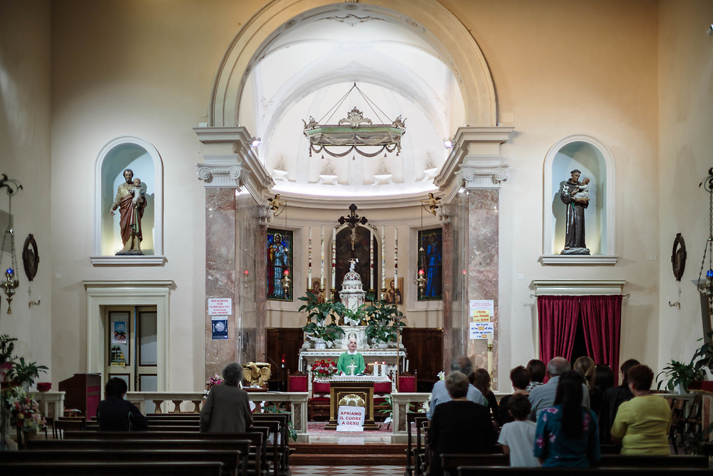 30 SEP 2019 - Corné (RO) - Il parroco don Silvio Baccaro nella chiesa di San Zenone.