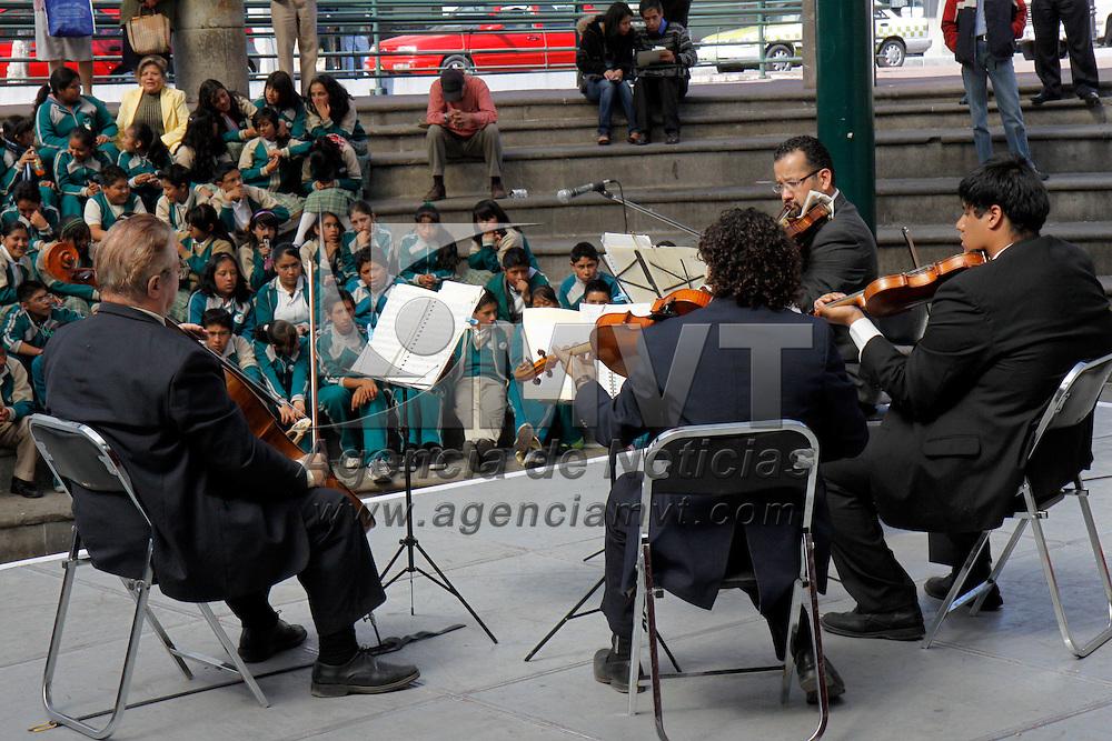 TOLUCA, México.- En el marco del día Internacional del Músico, en la Plaza González Arratia se llevaron a cabo presentaciones de músicos que interpretaron desde música clásica hasta tradicionales sones mexicanos, jóvenes de secundaria pudieron disfrutar del recital musical. Agencia MVT / Crisanta Espinosa. (DIGITAL)