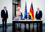 BERLIJN - Koning Willem-Alexander en koningin Maxima teken het gastenboek van de Bondsraad. Het driedaagse staatsbezoek aan Berlijn vormt de afronding van een reeks deelstaatsbezoeken sinds het koningspaar in 2013 werd ingehuldigd. ANP ROYAL IMAGES SEM VAN DER WAL POOL