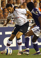 Fotball<br /> Champions League 2004/05<br /> Valencia v Anderlecht<br /> Mestalla<br /> 14. september 2004<br /> Foto: Digitalsport<br /> NORWAY ONLY<br /> Valencia's Stefano Fiore dribles Anderlecht's Lamine Traore