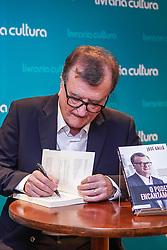 """Sessão de autógrafos de José Galló durante o lançamento do livro """"O poder do encantamento"""", na livraria Cultura, no shopping Bourbon Country, em Porto Alegre.<br />  FOTO: Jefferson Bernardes/  Agência Preview"""