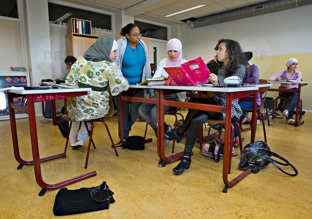 Nederland Rotterdam 23-09-2009 20090923 Serie over onderwijs, het Libanon Lyceum Kralingen,  openbare scholengemeenschap voor mavo, havo en vwo.   Leerlingen maken klassikaal oefeningen, multiculturele samenstelling, lerares geeft uitleg.                                                    .Foto: David Rozing