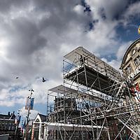 Nederland, Amsterdam , 28 april 2013.<br /> Voorbereidingen en opbouw van de media op de Dam Koningsdag 30 april.<br /> De NOS heeft een glazen huis op de Dam geinstalleerd van waaruit verslag zal worden gedaan tijdens de Kroningsdag.<br /> De nodige voorbereidingen worden getroffen. Kabels worden aangebracht, perstribunes opgebouwd etc.<br /> Op de foto: Aan de andere kant van de Dam worden perstribunes opgebouwd voor o.a. RTL Duitsland.<br /> Preparation and build up the media at the Dam in Amsterdam for King's Day, April 30th.<br /> The NOS installed a glass house at the Dam from which they will be broadcast at the King's Day.