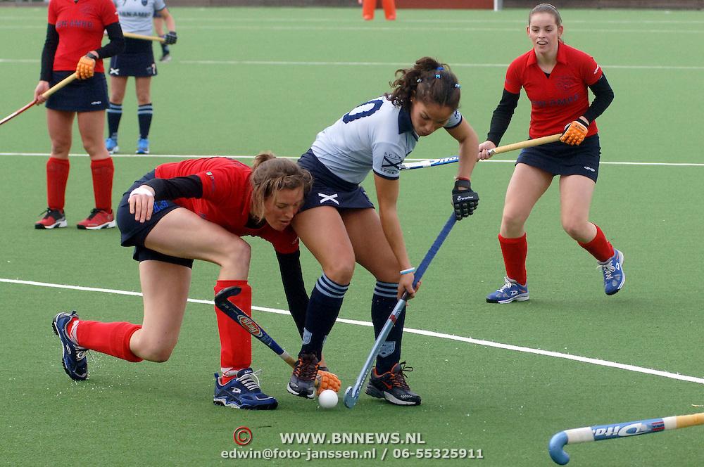 NLD/Laren/20060409 -  Hockey, hoofdklasse dames, Laren - Nijmegen, Janneke Woudenberg (13) en Soledad Garcia (10)