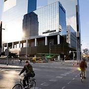 Nederland Rotterdam 1 februari 2009 20090201 Foto: David Rozing ..Fietsers steken het weena over, op de achtergrond nationale nederlanden ..Foto: David Rozing