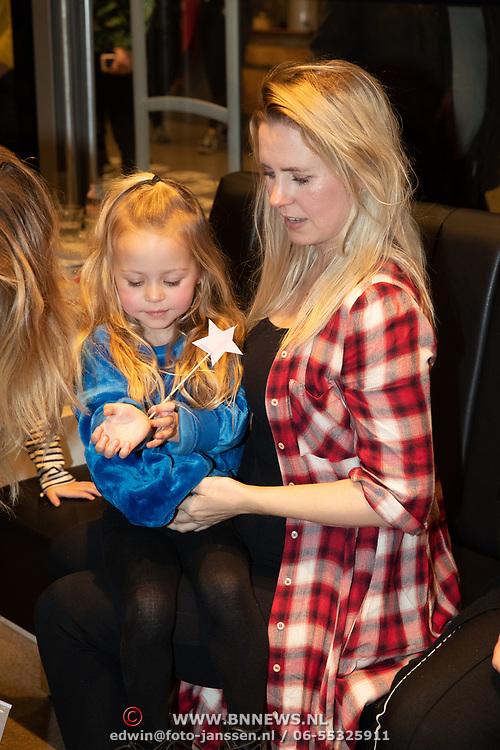 NLD/Amstelveen/20181109- Boekpresentatie Jim Bakkum 'Dadoe en zijn vriendjes' , Bettina Holwerda en dochter Posy