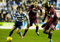 Photo: Gareth Davies.<br />Reading v Bolton Wanderers. The Barclays Premiership. 02/12/2006.<br />Reading's Steven Hunt (L) has a run at the Bolton Defence.