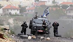 08.04.2016, Nablus, PSE, Nahostkonflikt zwischen Israel und Palästina, im Bild Israelische Sicherheitskräfte bei Zusammenstößen mit palästinensischen Demonstranten // Israeli security forces take aim during clashes with Palestinian protesters following a weekly demonstration against the expropriation of Palestinian land by Israel in the village of Kfar Qaddum, Palestine on 2016/04/08. EXPA Pictures © 2016, PhotoCredit: EXPA/ APAimages/ Nedal Eshtayah<br /> <br /> *****ATTENTION - for AUT, GER, SUI, ITA, POL, CRO, SRB only*****