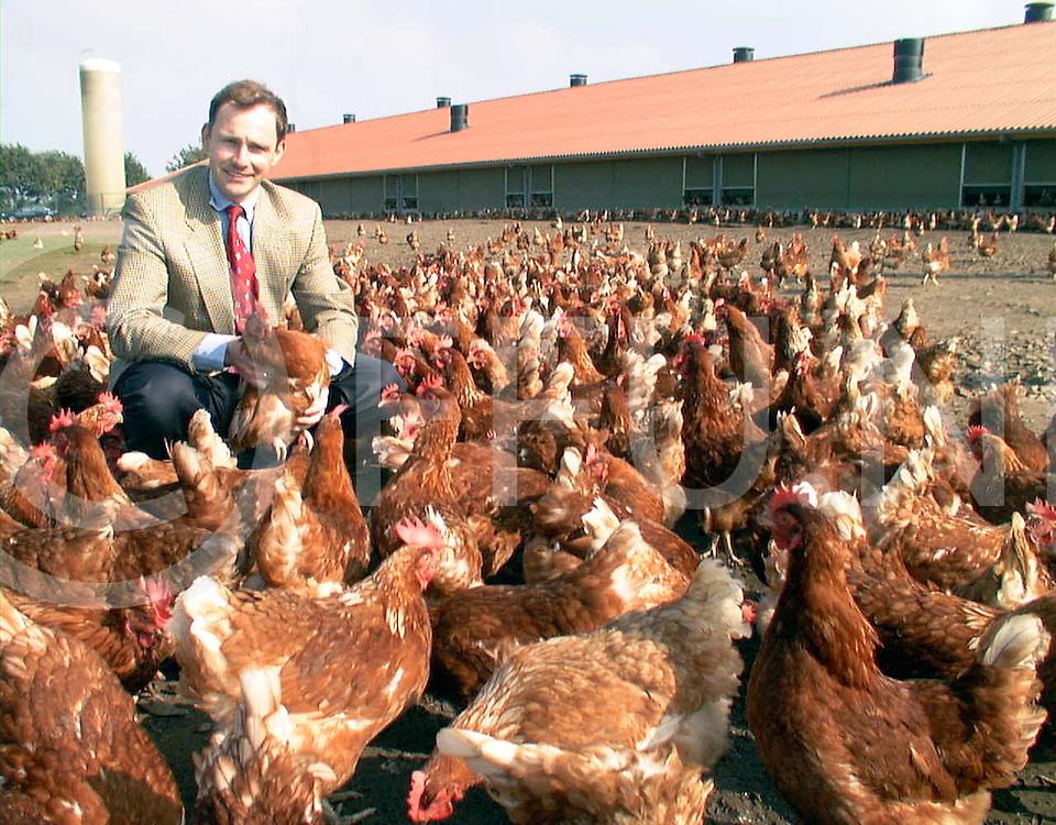 Fotografie Frank Uijlenbroek©2000/Frank Brinkman.000919 laar dld.dhr van zetten eierhandelaar tussen de kippen.fu000919_11..