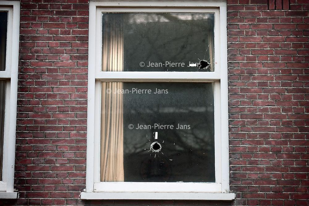Nederland, Amsterdam , 2 maart 2012..kogelgaten in een woning op het R. Claessenplein in Amsterdam West nr 106, 108.Foto:Jean-Pierre Jans